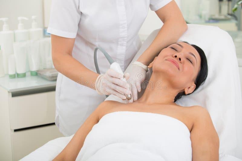 Tevreden volwassen vrouwelijk aanwezig wellnesscentrum royalty-vrije stock foto's