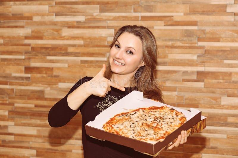 Tevreden vrouw die op pizza richten royalty-vrije stock afbeeldingen