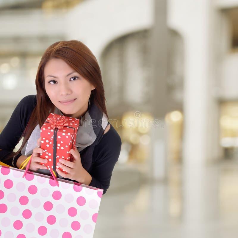 Tevreden winkelende vrouw stock fotografie