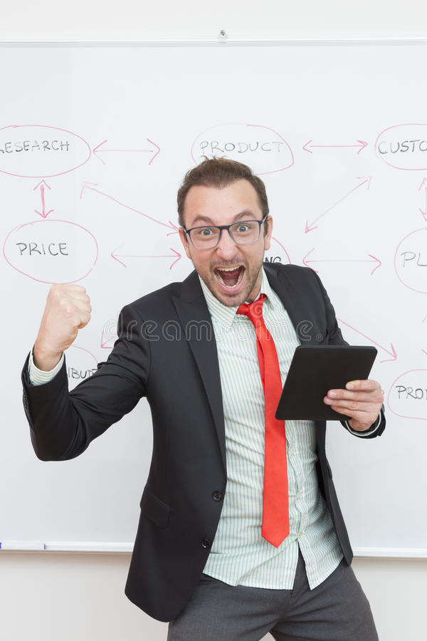 Tevreden zakenman die digitale tablet houden royalty-vrije stock fotografie