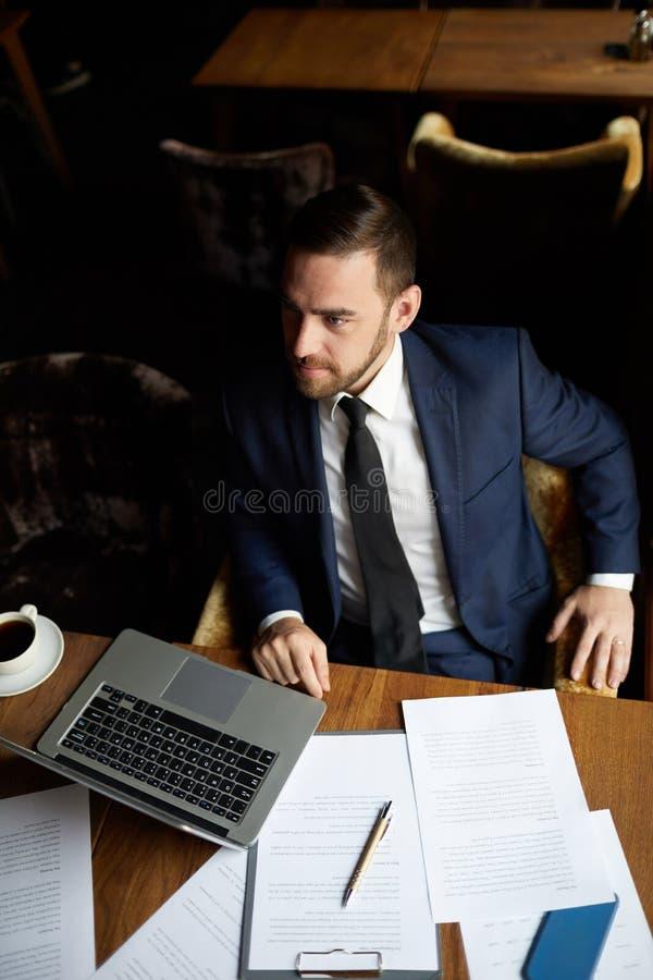Tevreden zakenman die orde in restaurant maken stock afbeeldingen