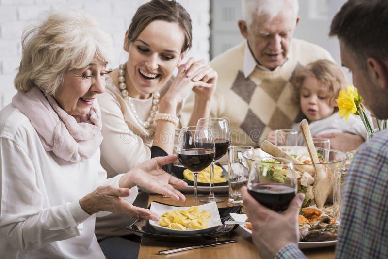 Tevredenheid met de voorbereiding van maaltijd voor gehouden van degenen royalty-vrije stock foto