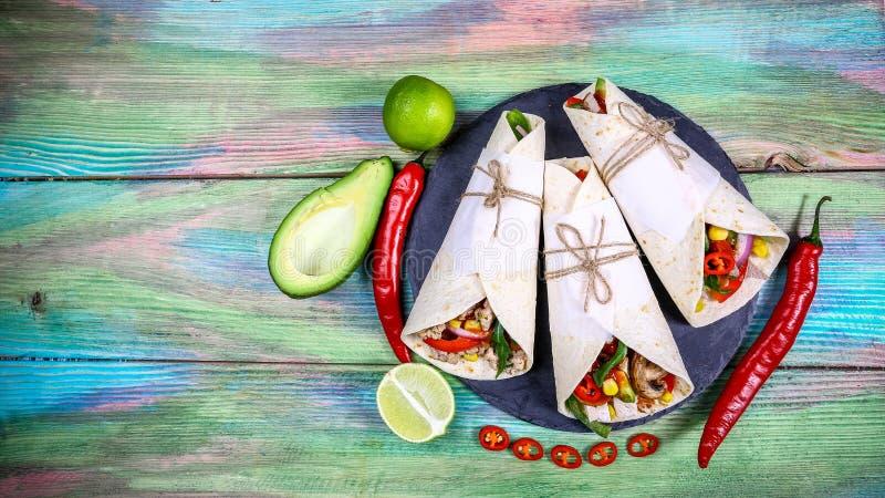 Tex Mex法加它套三重奏大角度静物画包裹在烤面粉玉米粉薄烙饼和充满装填品种这样 库存图片