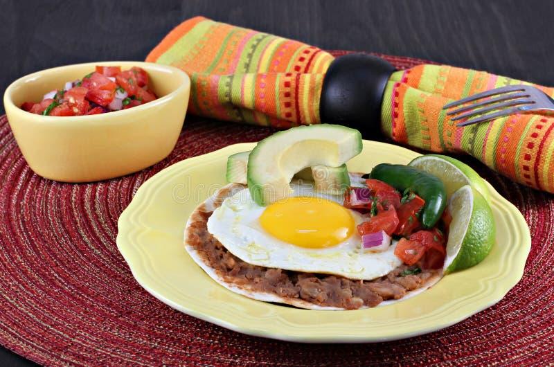 Tex Mex Huevos Rancheros, fuoco selettivo sull'uovo immagine stock