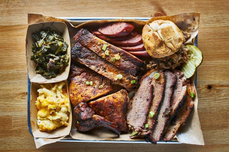 Texas bbq-Artbehälter mit geräucherter Rinderbrust, St.- Louisrippen, Huhn und heißen Verbindungen lizenzfreies stockfoto