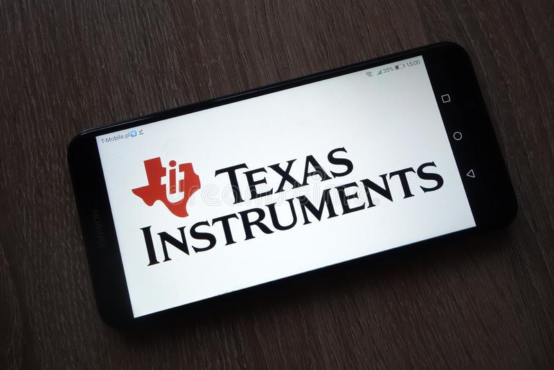 Texas Instruments Inc Ti-embleem op smartphone wordt getoond die stock afbeeldingen