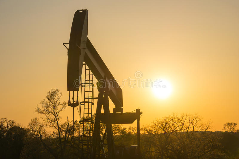 Texas Oil Well Against Setting sol II royaltyfri bild