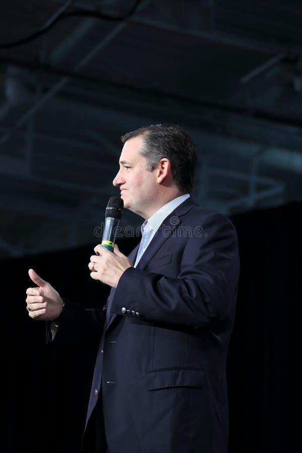 Texas Senator Ted Cruz ger åhörare för tummar upp till royaltyfri bild