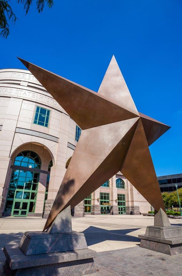 Texas Star na frente de Bob Bullock Texas State History Museu fotos de stock