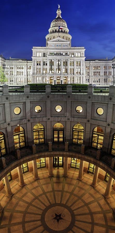 Texas State Capitol Building alla notte in Austin del centro, il Texas fotografie stock libere da diritti