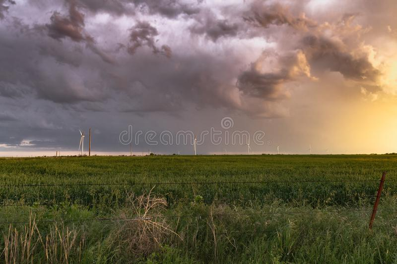 Texas Stormy Sunset längs vindturbiner arkivbild