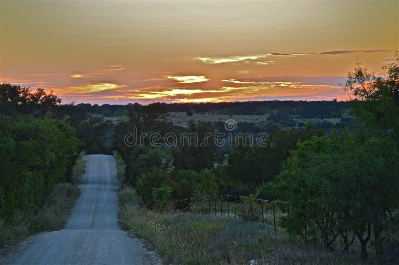 Texas Sunset onderaan een backroad stock foto