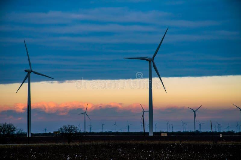 Texas Wind Energy Turbine Farm bij Schemeringschemer stock afbeelding