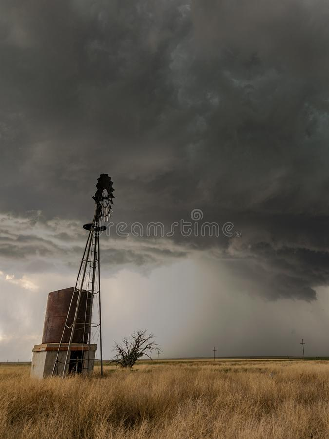 Free Texas Windmill With An Ominous Looking Thunderstorm In The Background Stock Images - 137615434