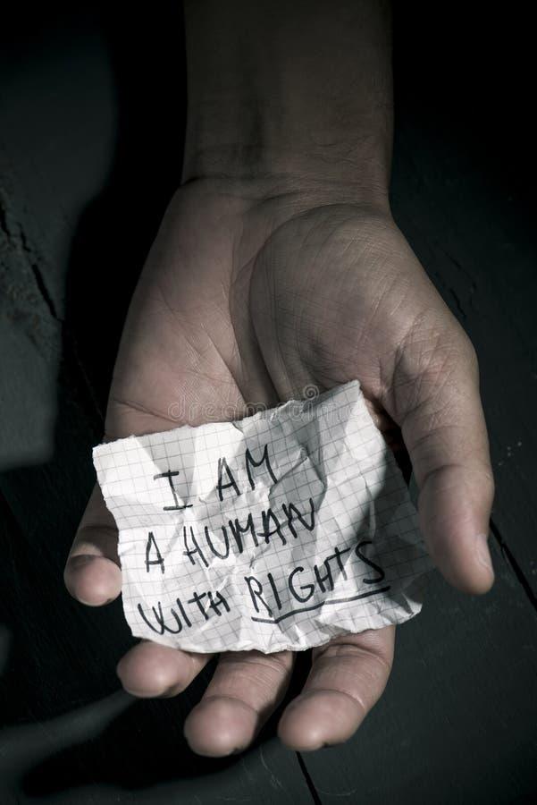 Text är jag en människa med rätter i ett stycke av papper fotografering för bildbyråer