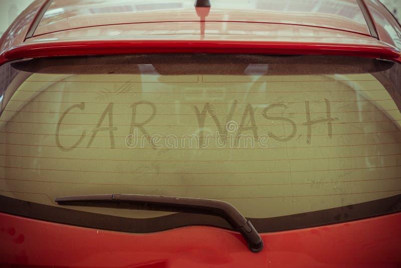 Text av biltvätt på den tillbaka spegeln royaltyfria foton