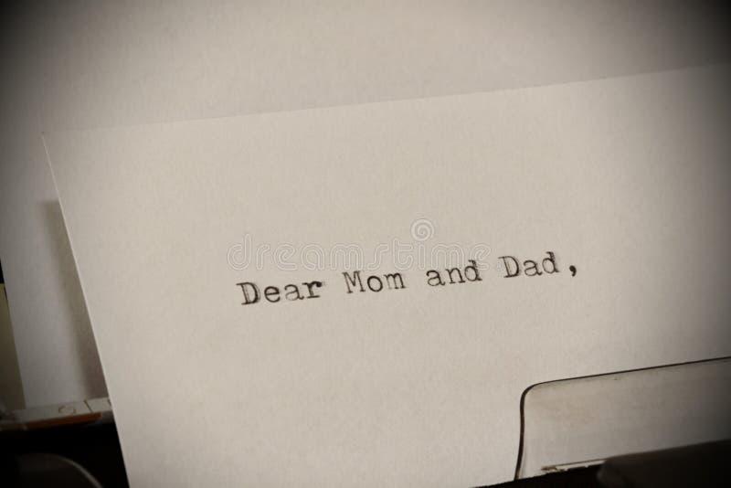 Text a cara mamã e o paizinho datilografados na máquina de escrever velha imagem de stock