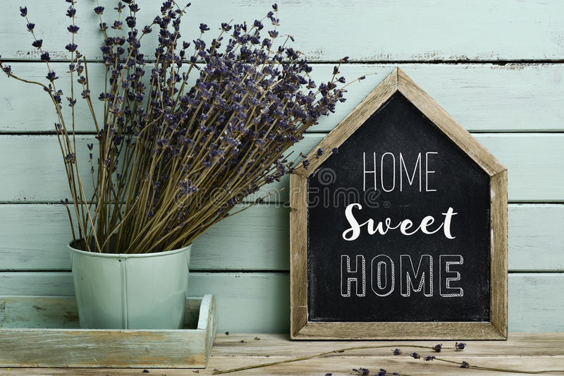 Text a casa doce home em um quadro indicador casa-dado forma foto de stock royalty free