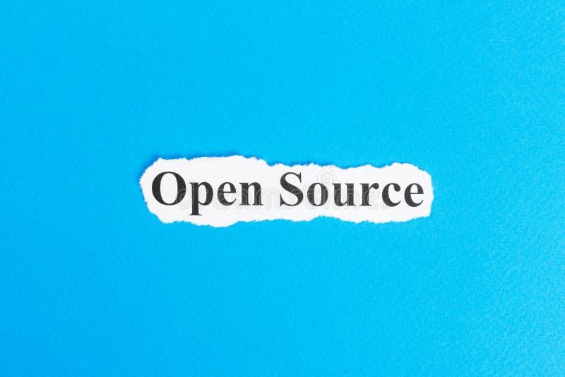 Text der offenen Quelle auf Papier Wort-offene Quelle auf heftigem Papier Figürchen, die auf dem Recht und dem Rest auf einem lizenzfreie stockfotografie