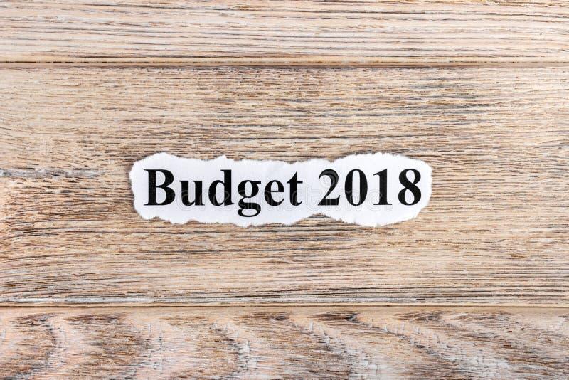 Text des BUDGETS 2018 auf Papier Wort BUDGET 2018 auf heftigem Papier Figürchen, die auf dem Recht und dem Rest auf einem stockfotos