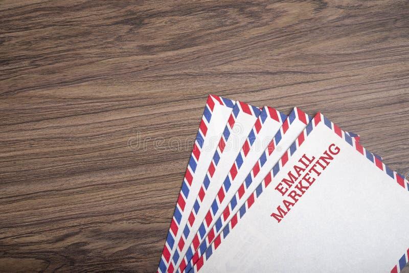 Text des E-Mail-Marketing auf Postkarte mit Holzboden lizenzfreies stockfoto