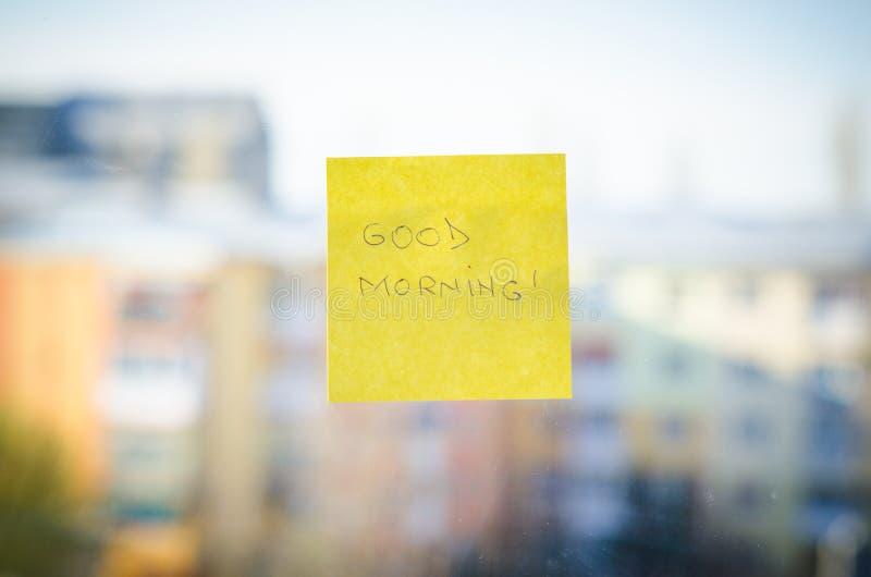 Text des gutenmorgens gegen städtischen Hintergrund stockbilder