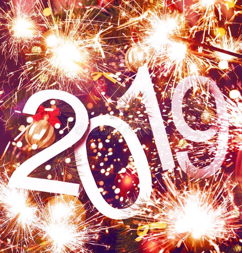 Text des neuen Jahres 2019 auf magentarotem Hintergrund des Weihnachtsbaums und des L lizenzfreies stockfoto