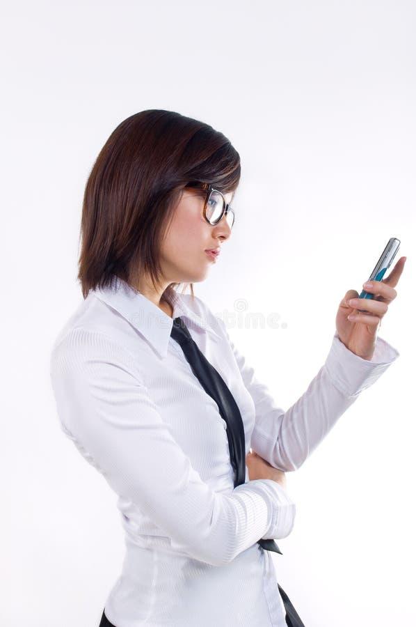 text för affärskvinnameddelandeavläsning arkivfoton
