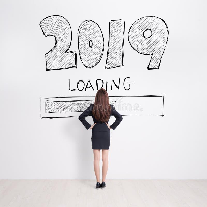 Text för blick 2019 för affärskvinna på vit väggbakgrund fotografering för bildbyråer