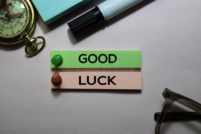 Text för bra lycka på klibbiga anmärkningar på kontorsskrivbordet fotografering för bildbyråer