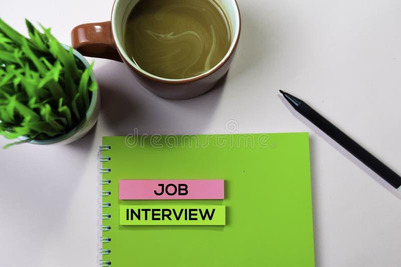 Text för jobbintervju på klibbiga anmärkningar med begrepp för kontorsskrivbord royaltyfri bild