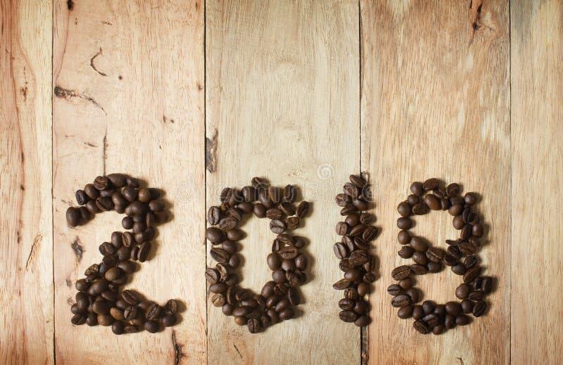 text 2018 för kaffeböna på wood bakgrund, begrepp för nytt år royaltyfri foto