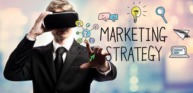 Text för marknadsföringsstrategi med affärsmannen som använder en virtuell verklighet royaltyfri bild