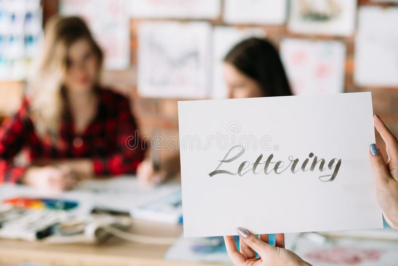 Text för papper för håll för händer för bokstäverhandskriftkurs fotografering för bildbyråer