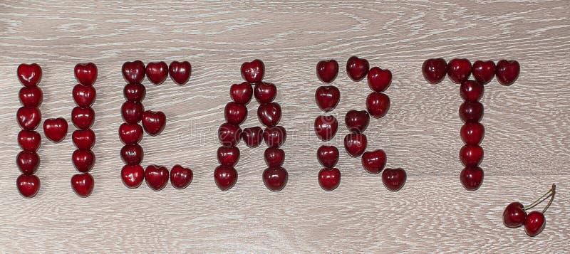 Text hjärta som är skriftlig vid körsbäret fotografering för bildbyråer