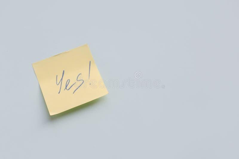 text ja på den gula pappers- klistermärken på den blåa bakgrunden, framgång, målbegrepp royaltyfri fotografi