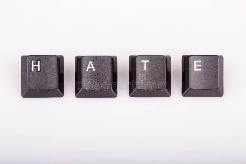 Text o ódio formado com chaves de teclado do computador no fundo branco fotografia de stock