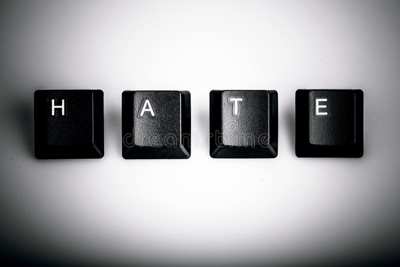Text o ódio formado com chaves de teclado do computador no fundo branco fotos de stock