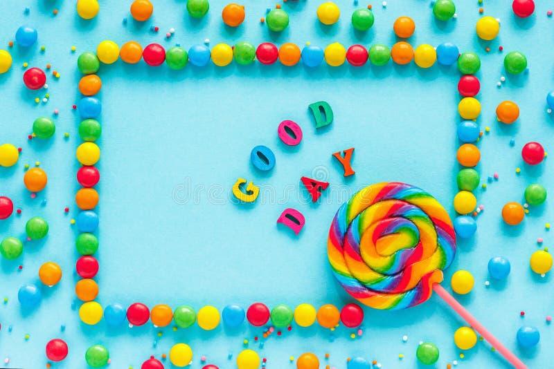 Text o BOM DIA, o cartão, os doces e os pirulitos, imagens de stock royalty free