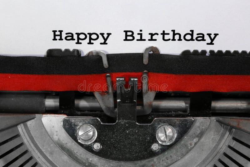 Text o feliz aniversario escrito com a máquina de escrever velha imagens de stock