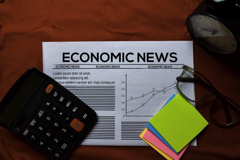 Text om ekonomiska nyheter på rubrik isolerad på röd bakgrund Tidningsbegrepp royaltyfria bilder