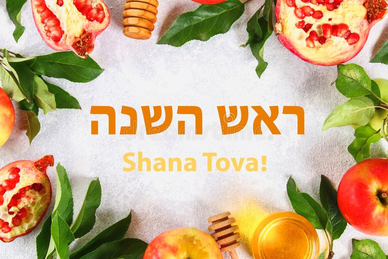 Text Rosh Hashanah auf Hebräer jüdisches Neujahrsfeiertagkonzept Traditionelles Symbol Äpfel, Honig, Granatapfel Shana Tova Spitz stockfotos