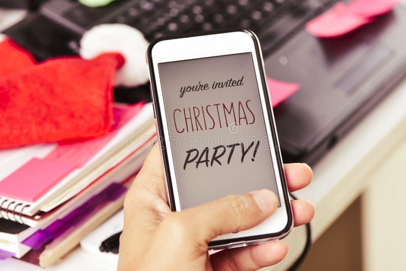 Text sind Sie eingeladenes Weihnachtsfest in einem Smartphone lizenzfreie stockfotografie