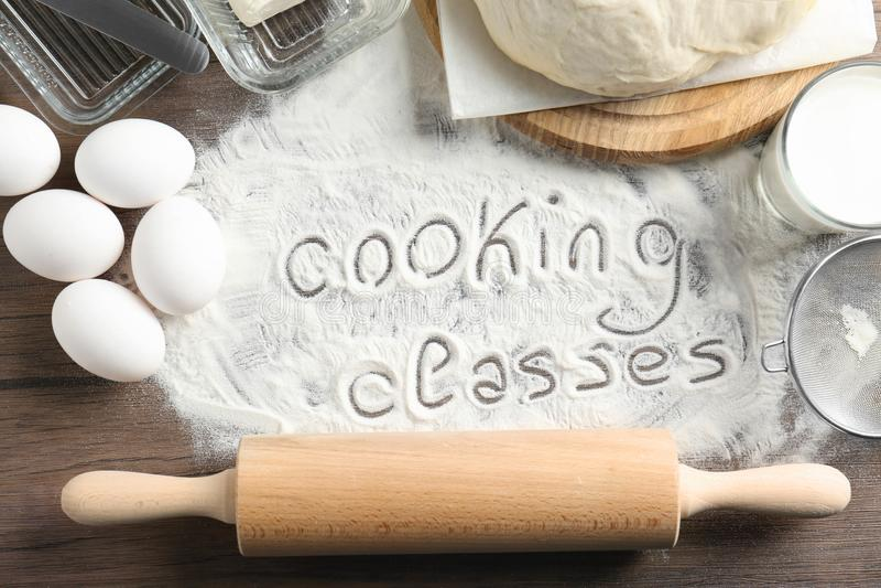 Text som är skriftlig på mjöl och ingredienser, arkivbild