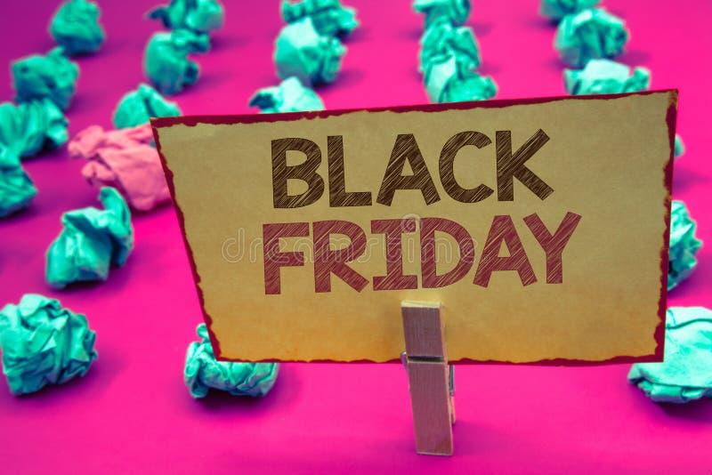 Texte Black Friday d'écriture de Word Le concept d'affaires en ventes spéciales après des achats de thanksgiving escompte le déga images stock