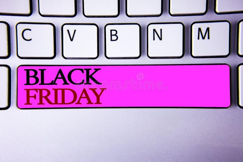 Texte Black Friday d'écriture de Word Le concept d'affaires en ventes spéciales après des achats de thanksgiving escompte le déga photos libres de droits