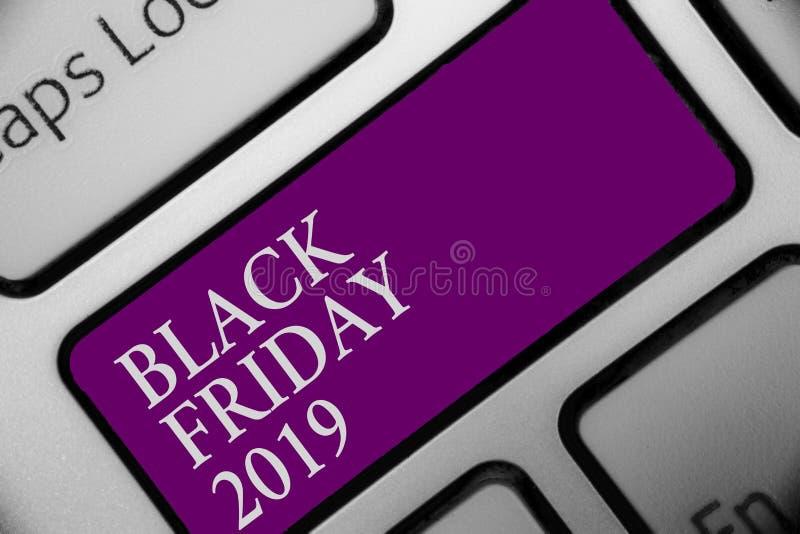 Texte Black Friday 2019 d'écriture Jour de signification de concept le bouton de achat de clavier de jour de remises suivant than image stock