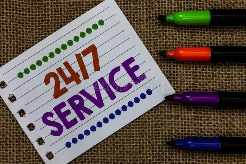 Texte d'écriture écrivant à 24 7 le service Concept signifiant toujours disponible pour servir des courses constamment sans papie images libres de droits