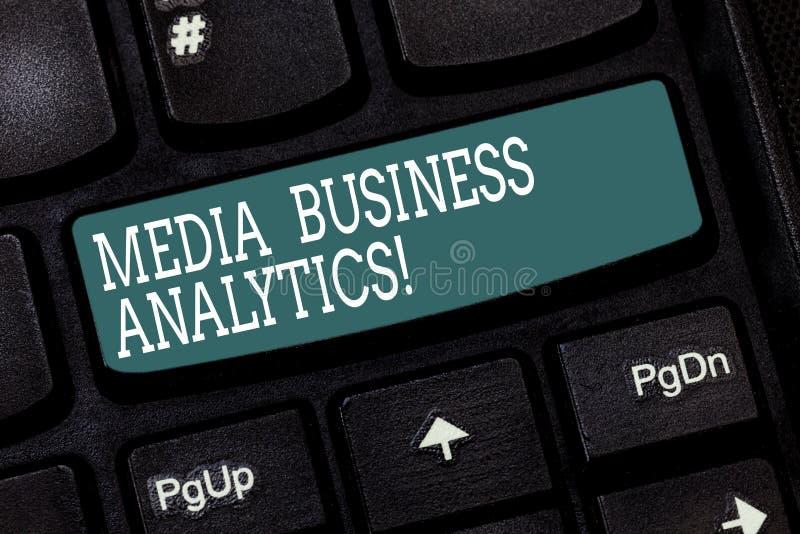 Texte d'écriture écrivant l'Analytics d'affaires de médias Concept signifiant des données de rassemblement et de évaluation des m photos stock