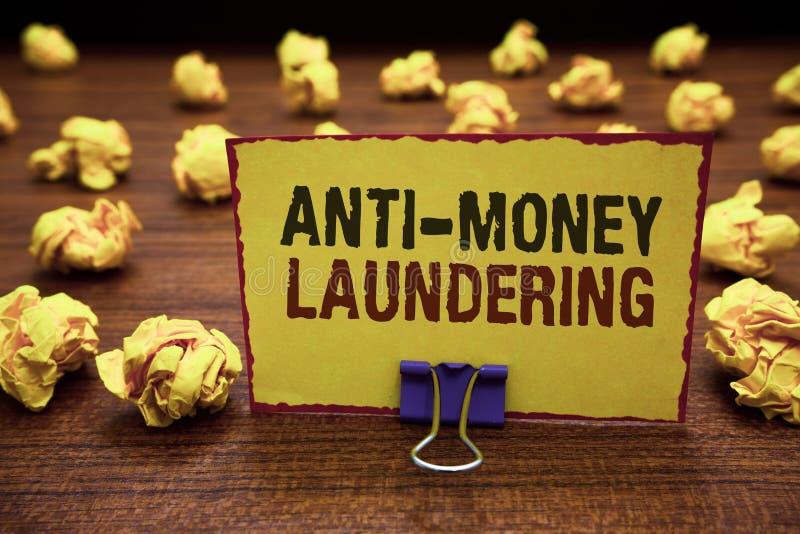 Texte d'écriture écrivant l'anti blanchiment d'argent Arrêt de signification de concept produisant du revenu par le jaune illégal images stock